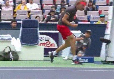 Enlace a Este pobre chaval se asusta con la actitud ganadora del tenista