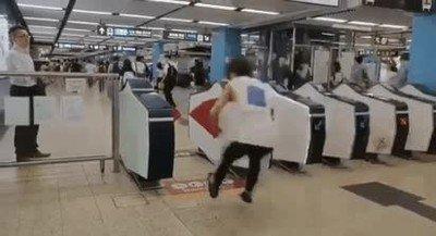 Enlace a Si vas a saltarte la barrera del metro hazlo con estilo