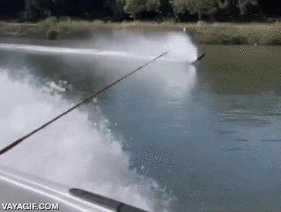 Enlace a Abuelo de 90 años celebra su cumple haciendo esquí acuático