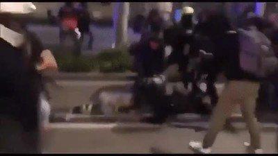 Enlace a Ataque a la policía durante las protestas de Barcelona