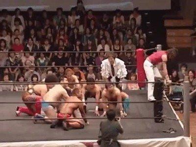 Enlace a John Cena contra un grupo de luchadores japoneses