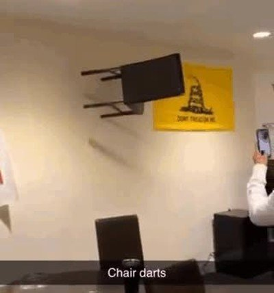 Enlace a Jugando a dardos con sillas. Lo último que esperaba ver hoy