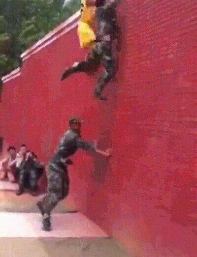Enlace a Truco para que tres personas escalen un muro trabajando en equipo