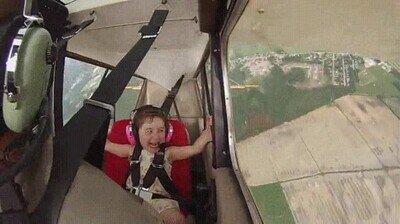 Enlace a Niña de 4 años en su primer vuelo acrobático con su padre