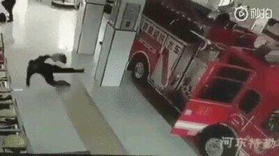 Enlace a Cuando han encerado demasiado el suelo del cuartel de bomberos