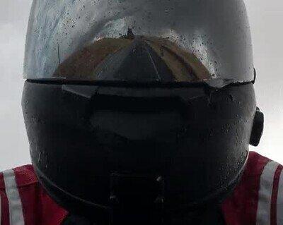 Enlace a Es una pasada ver el comportamiento de la lluvia sobre un casco