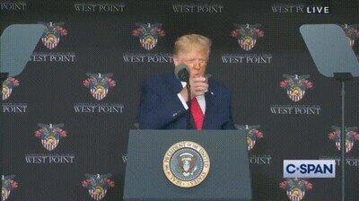 Enlace a El mismísimo presidente de Estados Unidos no puede beber agua con solo una mano