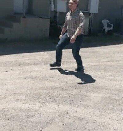 Enlace a Prohibido salir de casa sin caminar raro