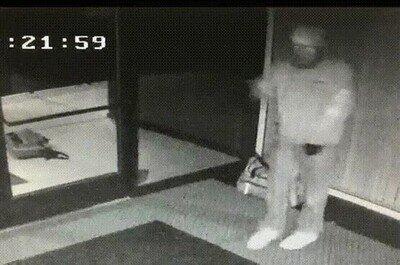Enlace a La cámara de seguridad capta a un ladrón bailando después de haber podido entrar en una tienda