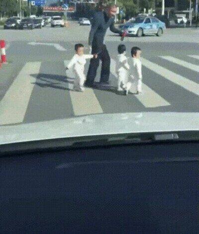 Enlace a Padres que no calculan bien la duración del semáforo