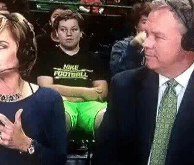 Enlace a Vigila siempre a quién sientas detrás del presentador en prime time