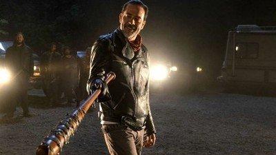 25436 - El hijo del actor que interpreta a Negan recrea la escena más violenta de su personaje
