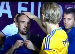 Enlace a Tymoshchuk vacilando a Ribery