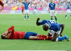 Enlace a Balotelli y su mala pose