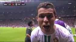Enlace a ¿Está CR7 dedicándole el gol a Messi? Qué majete, ¿no?