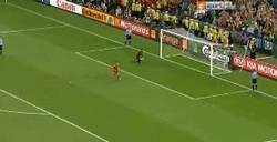 Enlace a GIF: El penalty de Cesc Fábregas que nos lleva a la final por @Emenderk