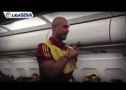 Enlace a ¡El show de Pepe Reina ya ha empezado en el avión!