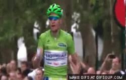Enlace a Peter Sagan entrando sobrado por la línea de meta en el Tour
