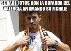 Enlace a Se hace fotos con la bufanda del Valencia afirmando su fichaje