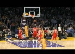 Enlace a ¡Kobe dando una asistencia!... a sí mismo