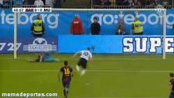 Enlace a GIF: Valdés para el penalty a Rooney