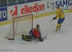 Enlace a GIF: Golazo de vaselina en hockey
