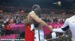 Enlace a GIF: Abrazo entre Gasol y Kobe. El resto de USA haciendo cola, increíble el respeto a Pau