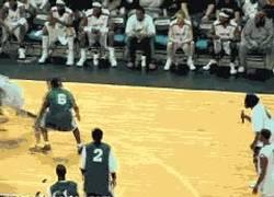 Enlace a GIF: En baloncesto también existen los caños