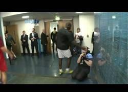 Enlace a Troll-Balotelli le roba la camara a la fotógrafa