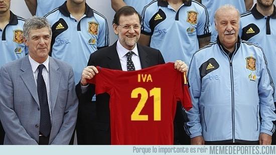20253 - Rajoy con la nueva camiseta de España