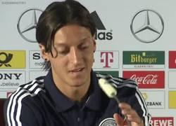 Enlace a GIF: El bueno de Özil se entretiene con nada