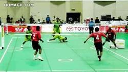 Enlace a GIF: Jugando a volleyball con los pies