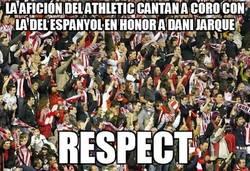 Enlace a La Afición del Athletic cantan a coro con la del Espanyol en honor a Dani Jarque