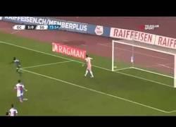 Enlace a VÍDEO: Jugando al despiste para tirar el penalty y va y fallan