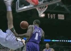 Enlace a GIF: Puyol en el Basket