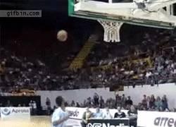 Enlace a GIF: Mate mezclando futbol y baloncesto
