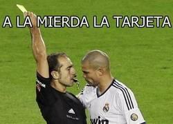 Enlace a Pepe seduciendo al árbitro