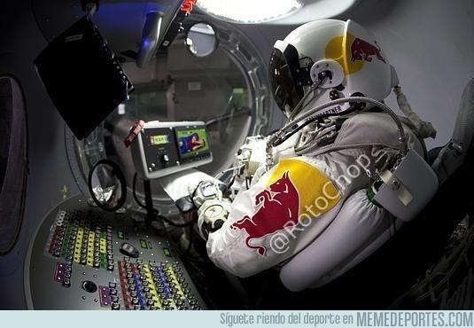 28710 - Felix Baumgartner viendo un vídeo recopilatorio de Busquets antes de saltar para ensayar la caída