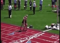 Enlace a GI: Atleta ayuda a cruzar la línea de meta a su rival lesionada