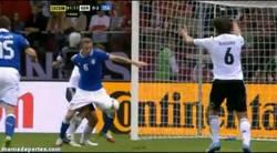 Enlace a GIF: Khedira pide mano antes de que el balón llegue al jugador. Visionario.
