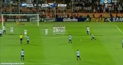Enlace a GIF: Golazo a lo Ronaldinho de Messi
