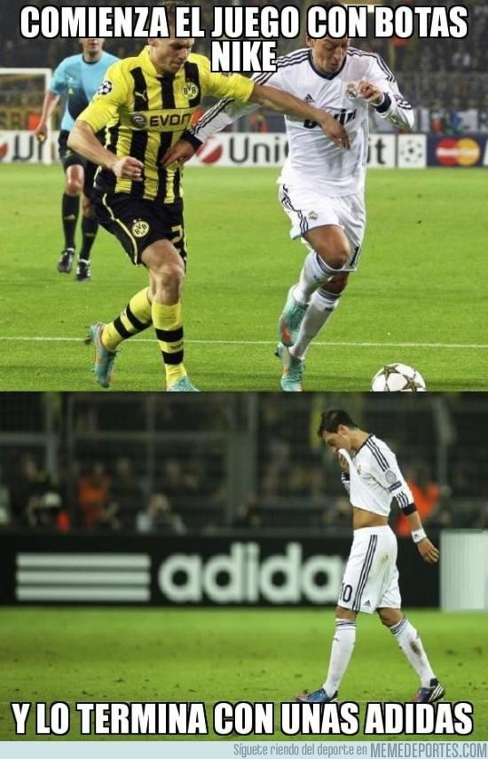 32306 - Mesut Özil, el único capaz de usar 2 marcas distintas de botas