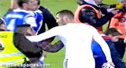 Enlace a GIF: Benzema aparta segurata para foto con chaval