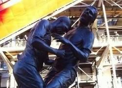 Enlace a Materazzi posando con la estatua del cabezazo de Zidane