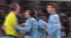 Enlace a GIF: Balotelli se vuelve loco tras no concederle el árbitro un penalti