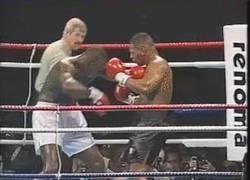 Enlace a GIF: Increíble gancho De Mike Tyson