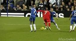 Enlace a GIF: Luis Suárez lesiona a Terry. ¿Se habrá acostado con su mujer?