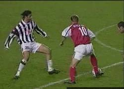 Enlace a GIF: Espectacular regate de Dennis Bergkamp [Remember]