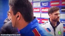 Enlace a GIF: Mirada asesina de Xabi Alonso a Ballesteros