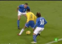 Enlace a GIF: Robinho meando a la Selección Italiana [Remember]